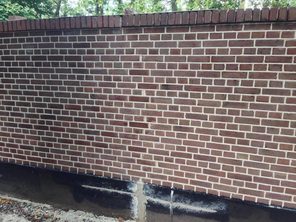 Voegen van herstelde muur